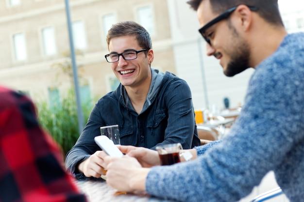 Openluchtportret van jonge ondernemers die bij koffiebar werken.