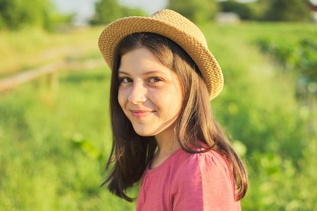Openluchtportret van mooi glimlachend meisje 12, 13 jaar oud