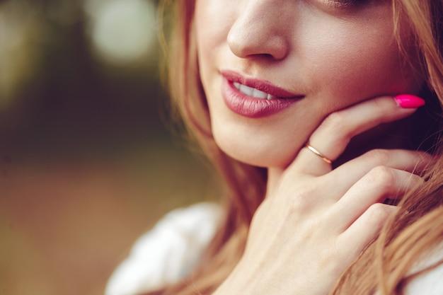 Openluchtportret van mooi jong meisje