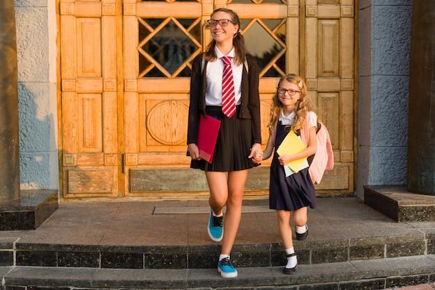 Openluchtportret van twee meisjes.
