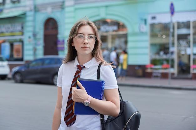 Openluchtportret van universitair studentenmeisje