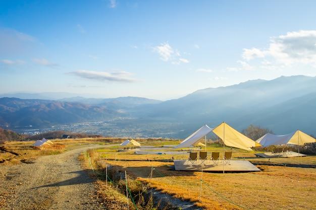 Openluchttent op berg bij iwatake-gondellift in hakuba nagano japan