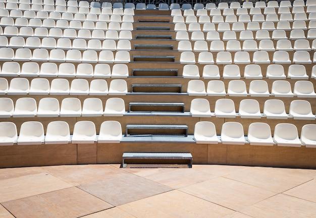 Openluchttheater met natuurlijk daglicht; kunststof zitrijen