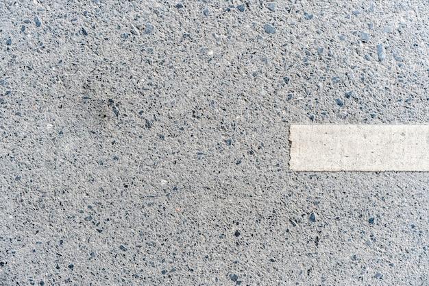Openluchtweg met witte lijn die op de rechterkanttextuur merkt.