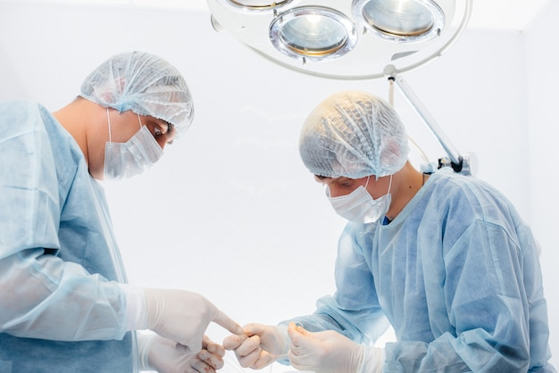 Operatie in een moderne operatiekamer van dichtbij, noodredding en reanimatie van de patiënt. geneeskunde en chirurgie.