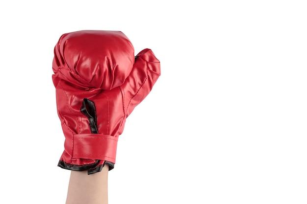Opgeheven arm met rode bokshandschoen op witte achtergrond