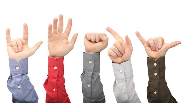 Opgeheven handen van verschillende mannen op wit