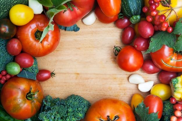 Opgeheven mening die van verse groenten cirkelkader op houten achtergrond vormen