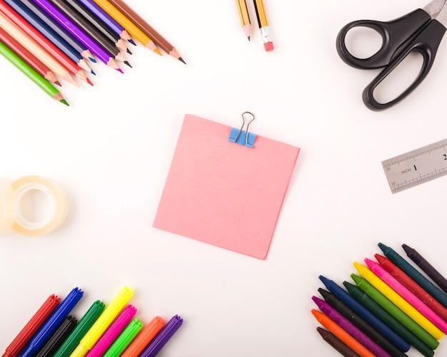 Opgeheven mening van diverse kantoorbehoeften op witte achtergrond