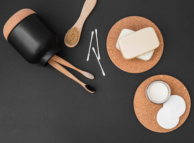 Opgeheven mening van diverse spa producten op zwarte achtergrond