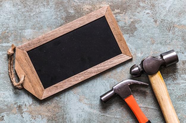 Opgeheven mening van lege houten markering en twee hamers