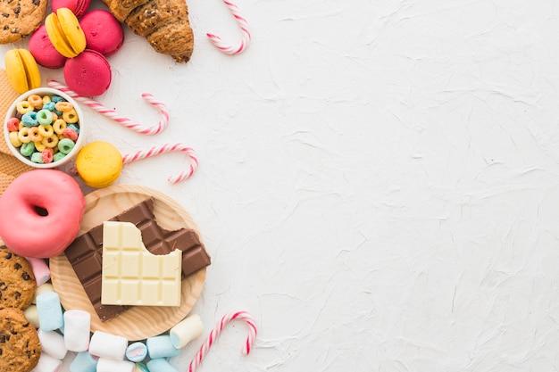 Opgeheven mening van ongezond voedsel op witte achtergrond