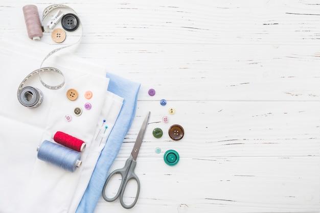 Opgeheven mening van textiel met naaiende punten op houten achtergrond
