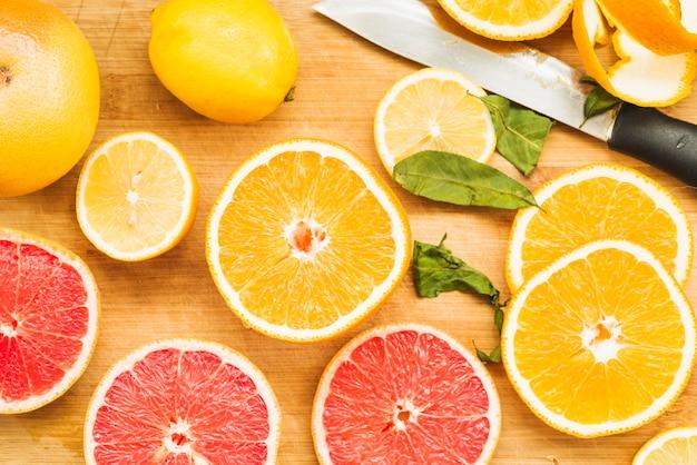 Opgeheven mening van verse citrusvruchten op houten achtergrond