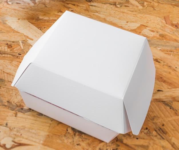 Opgeheven mening van voedselpakket op houten achtergrond