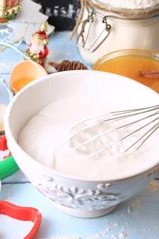 Opgeklopt eiwit en suiker voor bakroomtopping