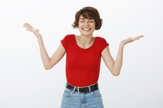 Opgelucht gelukkige vrouw die zich verheugt van iets goeds en zegeviert over prestatie