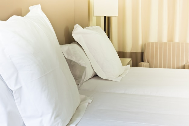 Opgemaakt fris bed, scène in hotelkamer. horizontaal schot