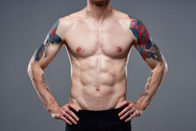 Opgepompte druktatoeage op arm bijgesneden weergave van trainingsfitness