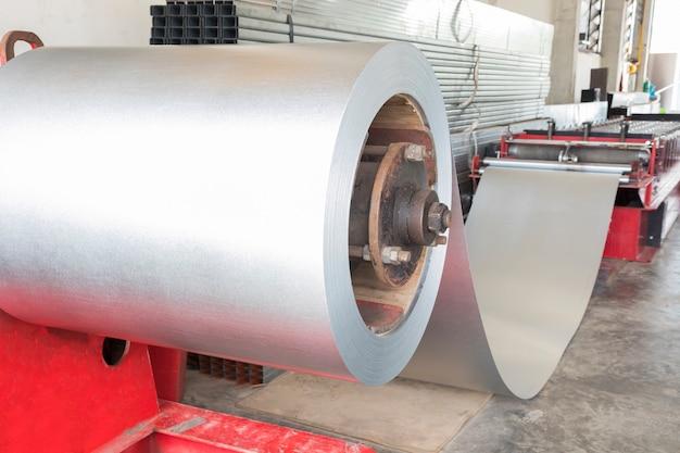 Opgerold staal in een rollende machine voor metaalplaten
