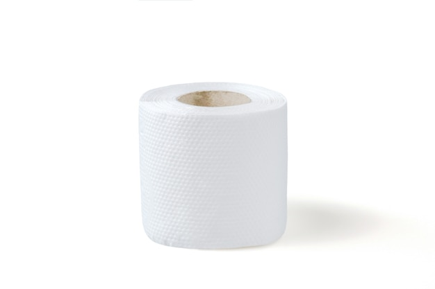 Opgerold toiletpapier op wit oppervlak