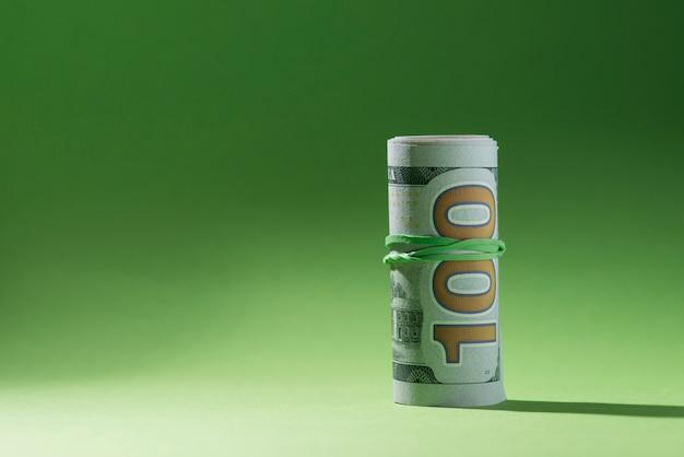 Opgerolde bankbiljetten op groene oppervlakte