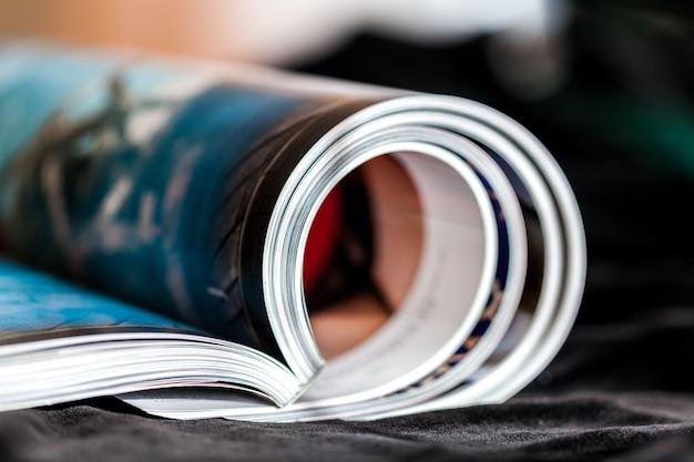 Opgerolde tijdschriften met reflectie op de achtergrond