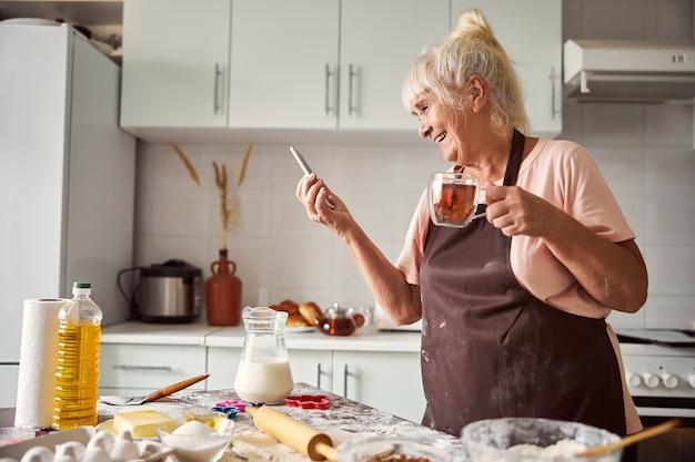 Opgetogen oudere vrouw die haar dierbaren videobellen