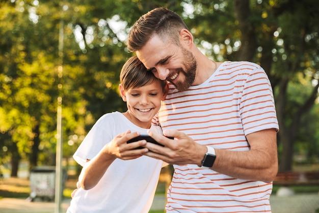 Opgetogen vader tijd doorbrengen met zijn zoontje