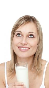 Opgetogen vrouw die een glas melk houdt