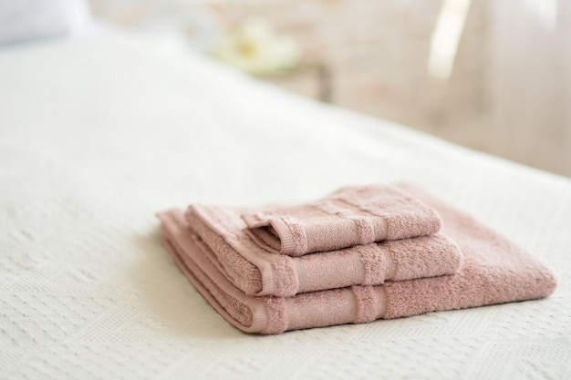 Opgevouwen handdoeken op het bed in de kamer.
