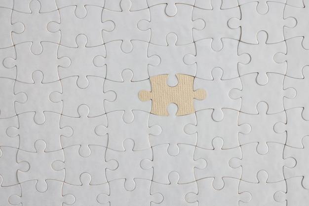Opgevouwen witte puzzels in het midden ontbreken één planning en levering van unieke taken in