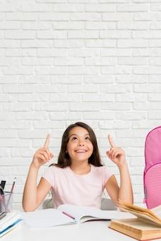 Opgewekt spaans schoolmeisje die bij thuiswerk denken