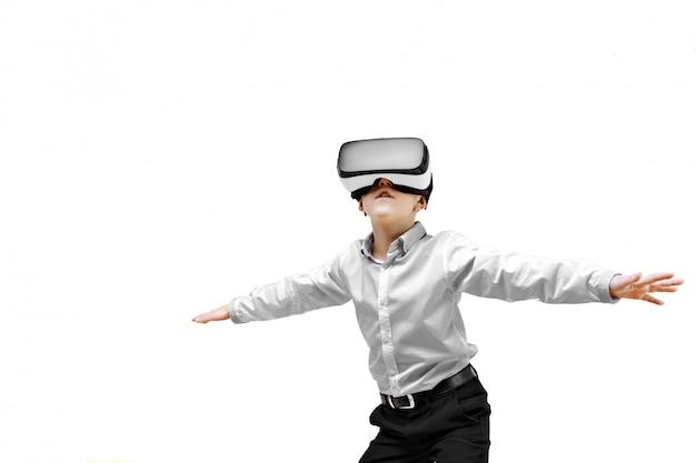 Opgewekte jongen die in virtuele werkelijkheid is