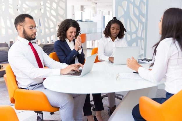 Opgewekte zakenpartners die deal bespreken