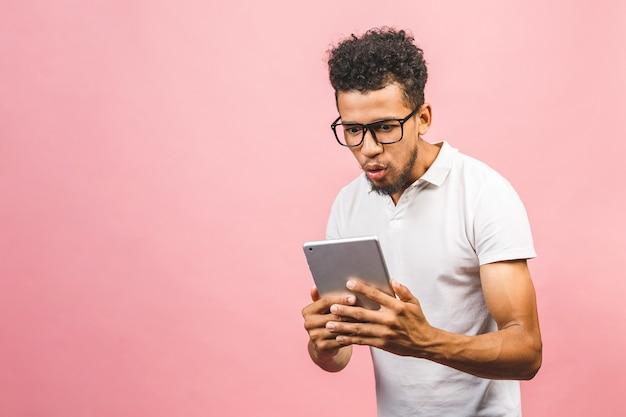 Opgewonden afro-amerikaanse man in glazen geïsoleerd op roze studio achtergrond