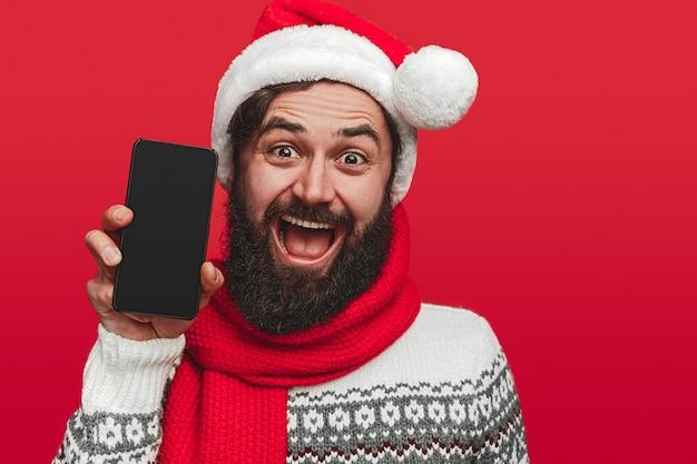 Opgewonden bebaarde man in kerstmuts