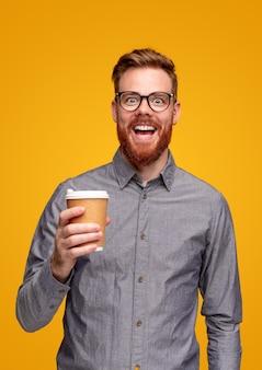 Opgewonden bebaarde man met afhaalkoffie
