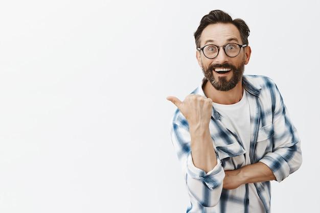 Opgewonden bebaarde volwassen man poseren