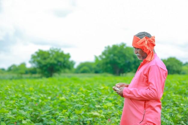 Opgewonden boer met indiase roepie-aantekeningen