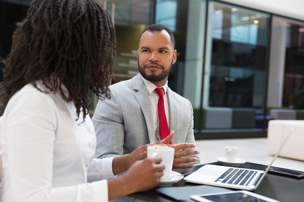 Opgewonden collega's chatten of ruzie maken