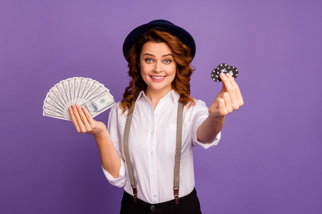 Opgewonden dame casino houden pokerfiches inpakken geld contant