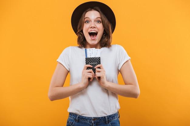Opgewonden emotionele jonge vrouw toeristische bedrijf paspoort