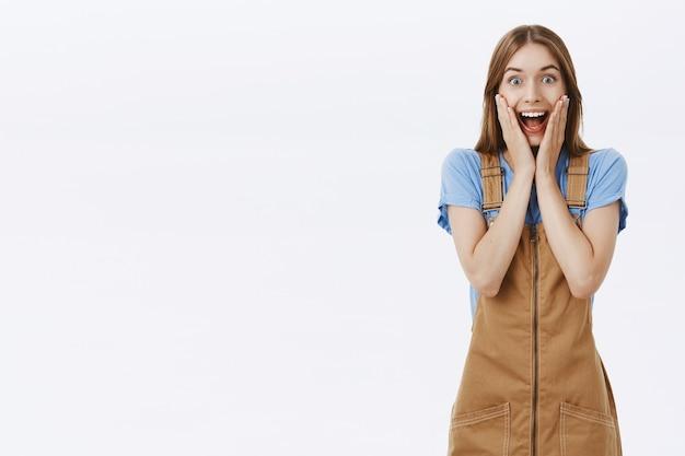 Opgewonden en gelukkige jonge vrouw reageert op geweldig nieuws