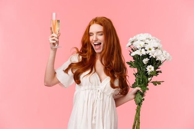 Opgewonden en zorgeloze knappe roodharige vrouw die vrijgezellenfeest viert