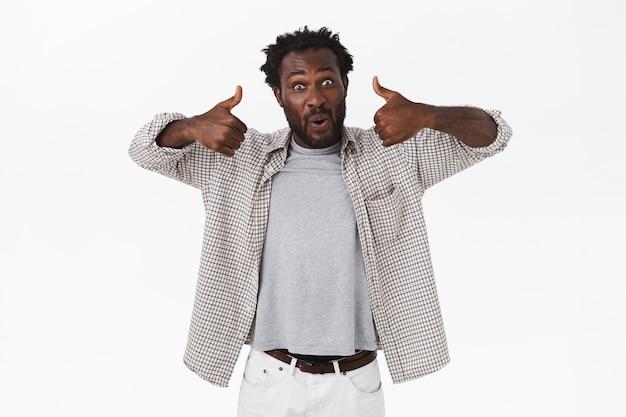 Opgewonden, enthousiaste knappe afro-amerikaanse man met baard in casual shirt