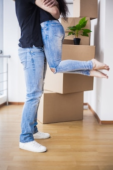 Opgewonden gelukkig jong koppel op zoek naar verhuizen naar een nieuw huis