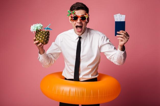 Opgewonden gelukkig jonge zakenman met rubberen ring