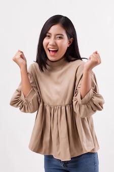 Opgewonden gelukkig lachend smart casual aziatische vrouw poseren vrolijke, succesvolle pose