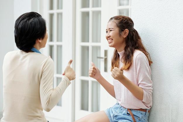 Opgewonden gelukkig meisje praten met vriend